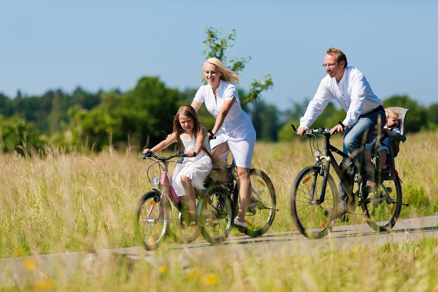 Radfahrer mit zwei kindern auf dem fahrrad in bewegung