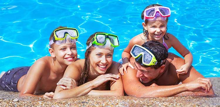 familie-entspannt-am-pool