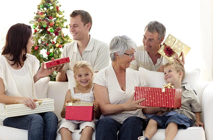 Weihnachtsgeschenke - Familie bei der Bescherung
