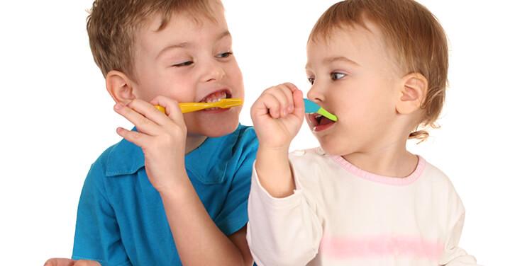 Kinder putzen sich die Zähne